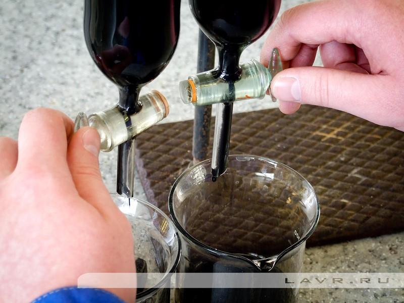 Одновременно открываем краны и наблюдаем, как жидкость в течение пары минут стекает вниз.