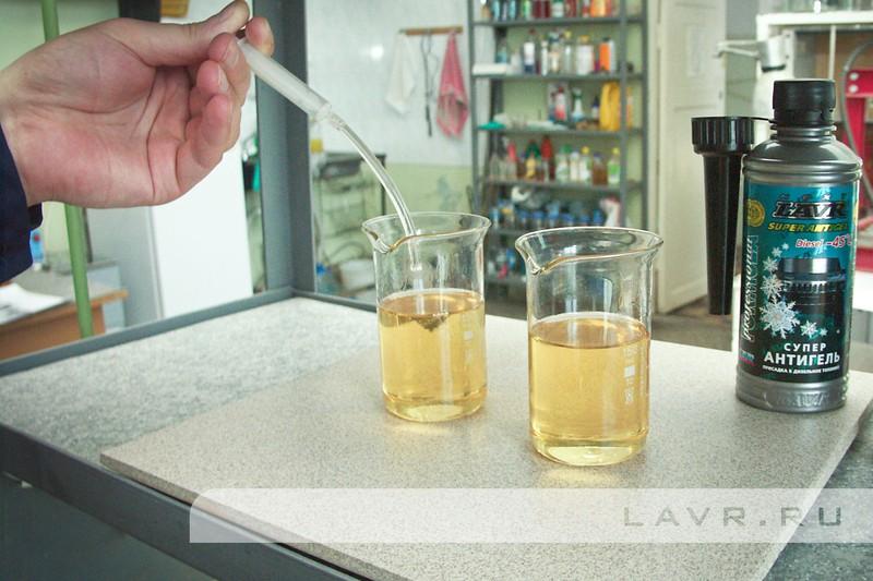 Добавляем депрессорную присадку в дизельное топливо Суперантигель LAVR в один из образцов.