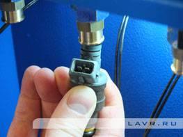 1. Смазать уплотнитель (например, самой тестирующей жидкостью) и затем установить форсунку на рампу стенда.