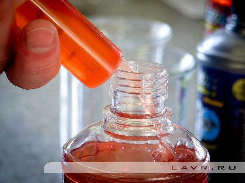 Для начала отмеряем необходимое количество препарата с помощью шприца и переносим его в мерный стакан.