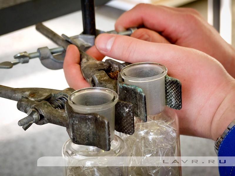 Устанавливаем делительные воронки и заливаем в них масло с добавлением препарата и без него.