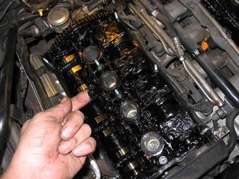 Так выглядит двигатель, в обслуживании которого не использовались промывки масляной системы (фото с форума автомобилистов 2112.ru)